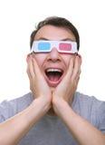 Getrennter überraschter junger Mann mit Gläsern des Anaglyph 3d Lizenzfreie Stockfotos