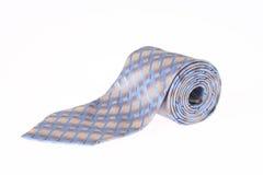 Getrennter blauer gerollter Krawatten-Abschluss oben lizenzfreies stockbild