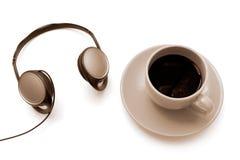 Getrennter Cup ofr Kaffee mit Kopfhörern Stockfoto