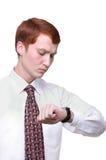 Getrennter junger Mann, der die Zeit betrachtet sein wa überprüft Stockfotografie