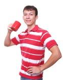 Getrennter junger Mann mit roter Kaffeetasse Stockbild
