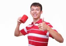 Getrennter junger Mann mit roter Kaffeetasse Lizenzfreies Stockbild