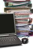 Getrennter Stapel Faltblätter mit Laptop-Computer stockfotos