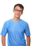 Getrenntes lächelndes stehendes Blau des jungen Mannes Stockbild