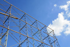 Getrenntes Metallgestell gegen blauen Himmel Stockbild