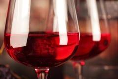 getrenntes OM waite Nahaufnahme von zwei Gläsern Rotwein Makro Selektiver Fokus stockfoto