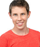 Getrenntes Porträt für ein junges Jungenlächeln lizenzfreie stockfotografie