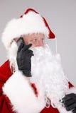 Getrenntes Portrait von Weihnachtsmann am Telefon Lizenzfreies Stockfoto