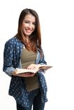 Getrenntes schönes Buch des jungen Mädchens Leseauf weißem Hintergrund Stockfoto