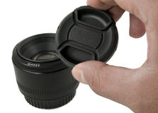 Getrenntes schwarzes Kameraobjektiv und Objektiv Schutzkappe Lizenzfreies Stockfoto