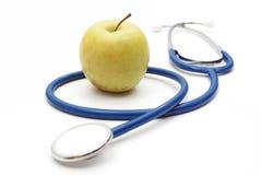 Getrenntes Stethoskop mit grünem Apple Stockfoto
