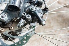 Getriebe und Bremsen auf dem Fahrrad, der Kette, dem Kettenrad und den Scheibenbremsen stockfotografie