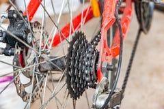 Getriebe und Bremsen auf dem Fahrrad, der Kette, dem Kettenrad und den Scheibenbremsen stockbilder