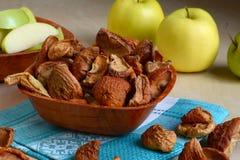 Getrocknete Äpfel auf einer Platte stockfoto