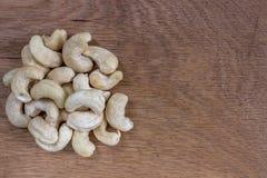 Getrocknete Acajounüsse auf einem Holztisch Stockfotos