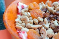 Getrocknete Aprikosen, Acajoubaum, trockene Rosinen und Erdnüsse Stockbilder
