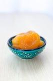 Getrocknete Aprikosen auf einer blauen Platte stockbilder