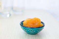 Getrocknete Aprikosen auf einer blauen Platte lizenzfreie stockfotografie