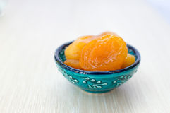 Getrocknete Aprikosen auf einer blauen Platte stockfotos