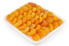 Getrocknete Aprikosen auf einer weißen Platte Lizenzfreies Stockfoto