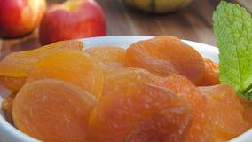 Getrocknete Aprikosen auf einer weißen Platte stock video