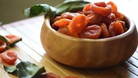Getrocknete Aprikosen in einer Schüssel stock video