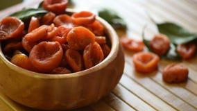 Getrocknete Aprikosen in einer Schüssel stock footage