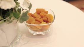 Getrocknete Aprikosen liegt auf einer Platte stock footage
