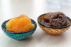 Getrocknete Aprikosen und Feigen auf einer Platte stockbilder