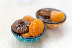 Getrocknete Aprikosen und Feigen auf einer Platte stockfoto