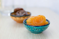 Getrocknete Aprikosen und Feigen auf einer Platte stockbild