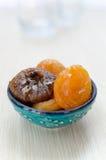 Getrocknete Aprikosen und Feigen auf einer Platte stockfotos
