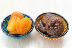 Getrocknete Aprikosen und Feigen auf einer Platte stockfotografie