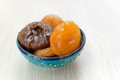 Getrocknete Aprikosen und Feigen auf einer Platte lizenzfreie stockfotos