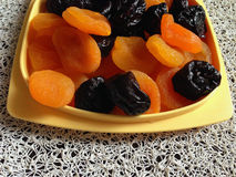 Getrocknete Aprikosen und Pflaumen lizenzfreie stockfotografie