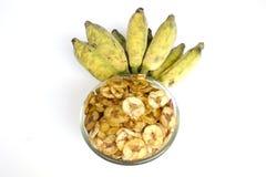 Getrocknete Bananenscheibe beschichtete mit Zucker und Salz in der Schale und einem Bündel der Banane Stockfotografie