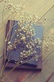 Getrocknete Blumen und Bücher Stockfotos