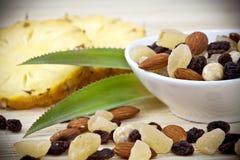 Getrocknete Früchte und Muttern Stockfotos