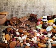 Getrocknete Früchte und Süßigkeit der Schokolade Muttern Stockfotos