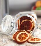Getrocknete Fruchtorangen gelegt in das Glas Stockfotos