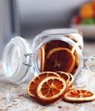 Getrocknete Fruchtorangen gelegt in das Glas Lizenzfreie Stockfotos
