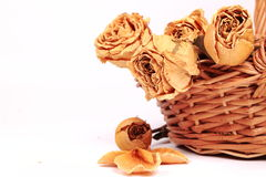 Getrocknete gelbe Rosen in einem Korb Stockfoto