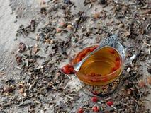 Getrocknete goji Beeren getränkt im heißen Tee Lizenzfreie Stockfotos