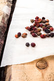 Getrocknete Hagebutte auf Weinleseholztisch Lizenzfreies Stockbild