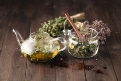 Getrocknete herbals für Tee und breawed Medizintee stockbild