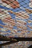 Getrocknete Kalmare auf dem Netz Stockfotos
