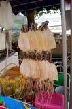 Getrocknete Kalmare für Verkauf Stockfotos