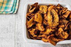 Getrocknete Karotten-Chips auf weißer Holzoberfläche Lizenzfreie Stockfotografie
