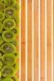 Getrocknete Kiwi, die auf einer Bambusmatte liegt Lizenzfreie Stockfotografie