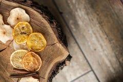 Getrocknete Klumpen der Frucht auf hölzernem Hintergrund Lizenzfreies Stockbild